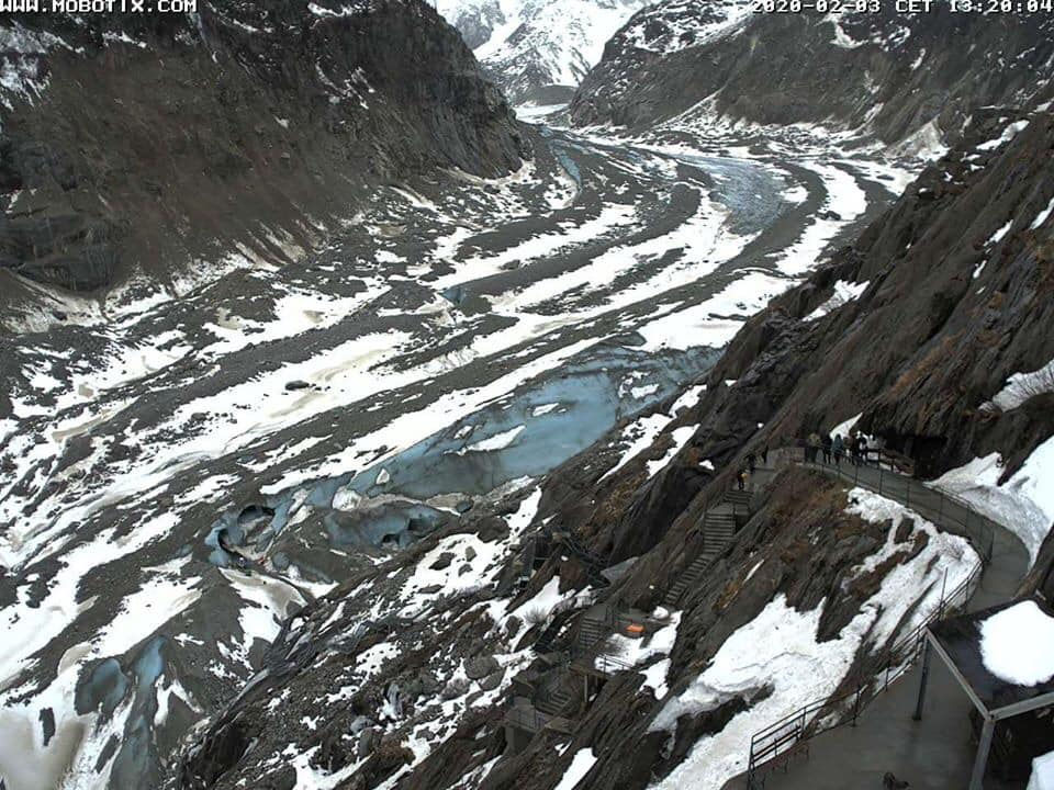 Last year in February, this photo taken by the webcam alerted the public of the seriousness of the #MerDeGlace state. To see the great #glacier with so little ❄️, so early in the season, was quite heartbreaking 💔 #Rights4Glaciers #RightsOfNature  3/3 https://t.co/IzoqixzuQC