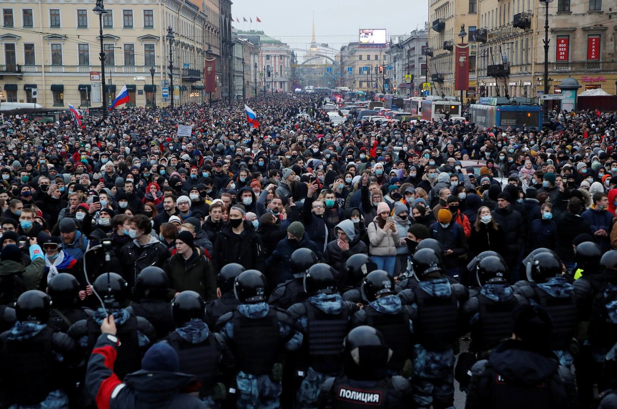 A picture is worth a thousand words.   Protesters across #Russia demand release of Alexey Navalny @navalny.  Photo by @reuters.  https://t.co/evyUQnFiLs https://t.co/3x24rf5RZG