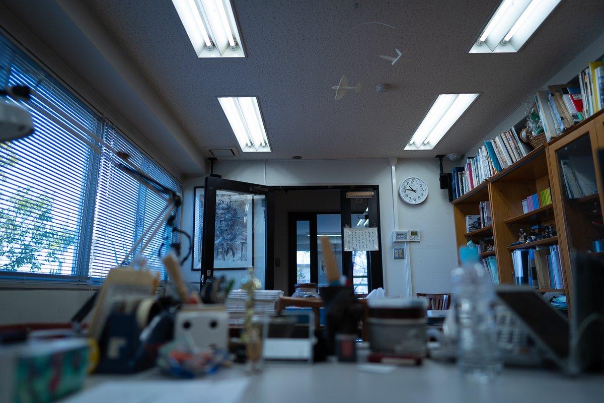 プロデューサー室便り(5)鈴木さんの席からの視点です。『風の谷のナウシカ』から最新作までの資料、鈴木さんの好きな小物がたくさん並んでいます。ドアのむこうの階段を宮崎さんがあがってくると、打ち合わせを中断して数時間話しこむことも……。