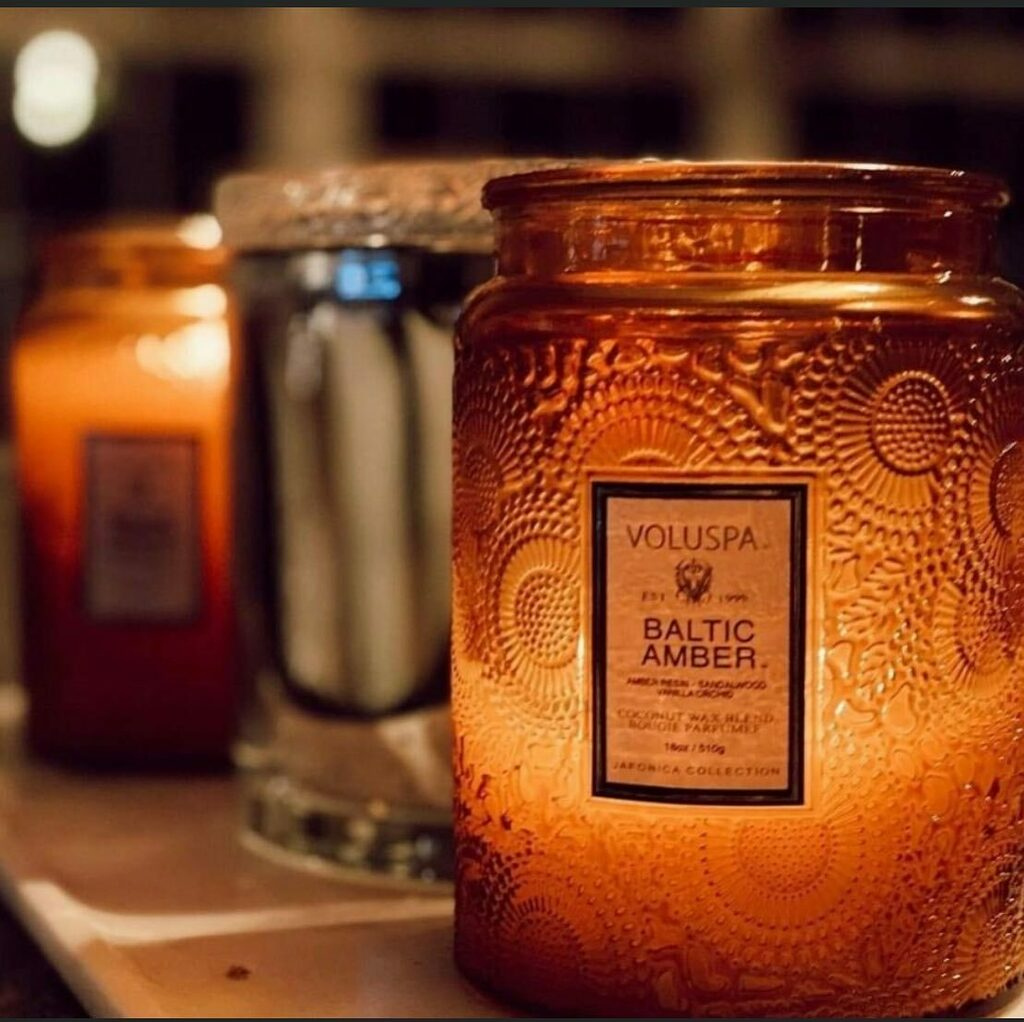 Gorgeous glow with Baltic Amber 🕯️ #VOLUSPA   #homefragrance #candle #candlelover #candleaddict #homedecor #fragrance #homegoods #candles #scents #amber #voluspacandle #shopedenlifestyle #shoplocal #friscotx #frisco #dallas #dallastx