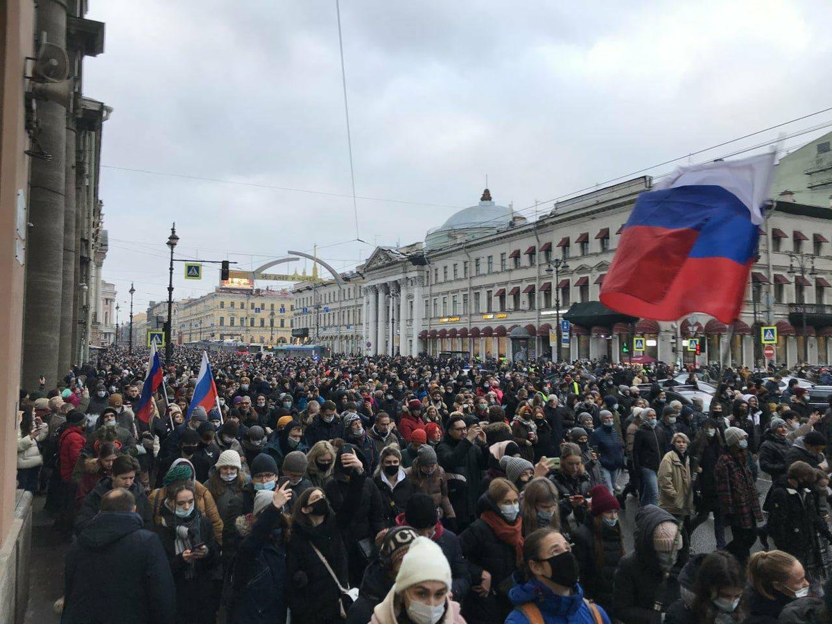 The @navalny protests in 🇷🇺 today are undoubtedly the largest since the Bolotnaya protests in 2011-2021. Numbers are difficult to compare, but these now seem to be far more spread all over the country. It's no longer just Moscow.