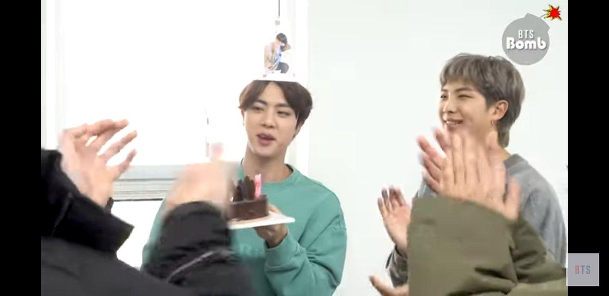 [# บังทันไนท์] เต็มไปด้วยเสียงหัวเราะ😍เผยฉากปาร์ตี้วันเกิดของจิน! 🎂  [#방탄밤] 웃음가득😍 진의 생일파티 현장 공개!🎂