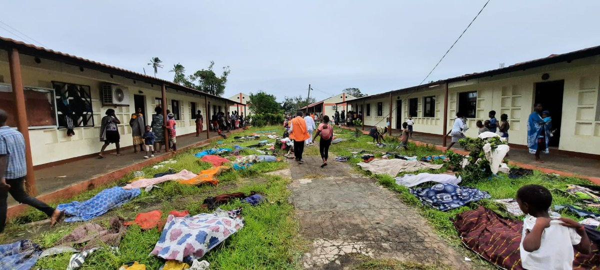 Red Cross teams visit transit centres following the landfall of #CycloneEloise earlier today.   This is Ifapa accommodation centre in Sofala, Beira where more than 300 people started arriving as early as yesterday and in need of latrines, masks and handwashing stations.