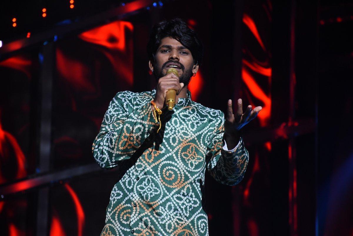 Iss ruhaani performance ne kar dia mausam ko awesome! Kaisi lagi aapko #IdolSawai ki performance, bataiye comments section mein aur dekhiye #IndianIdol2020 @iAmNehaKakkar @VishalDadlani #HimeshReshammiya #AdityaNarayan @FremantleIndia #SubhashGhaiSpecial