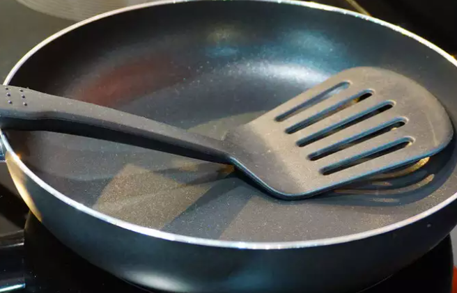 Most of the people think that non-stick is the healthiest option for cooking any food. Lately, several reports have suggested that non-stick cookware must be avoided as it can cause cancer when used at a high temperature.