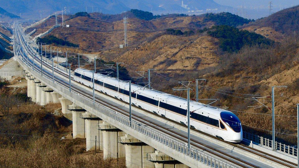 #الصين | أطلقت #الصين خدمة جديدة للسكك الحديدية فائقة السرعة التي تربط #بكين بـ #هاربين بشمال شرقي الصين، يختصر الخط الذي يبلغ طوله 1198 كم وقت السفر بين بكين وهاربين إلى أقل من خمس ساعات عند السفر بالسرعة القصوى التي تبلغ 350 كم في الساعة.  #النافذة_اللوجستية.