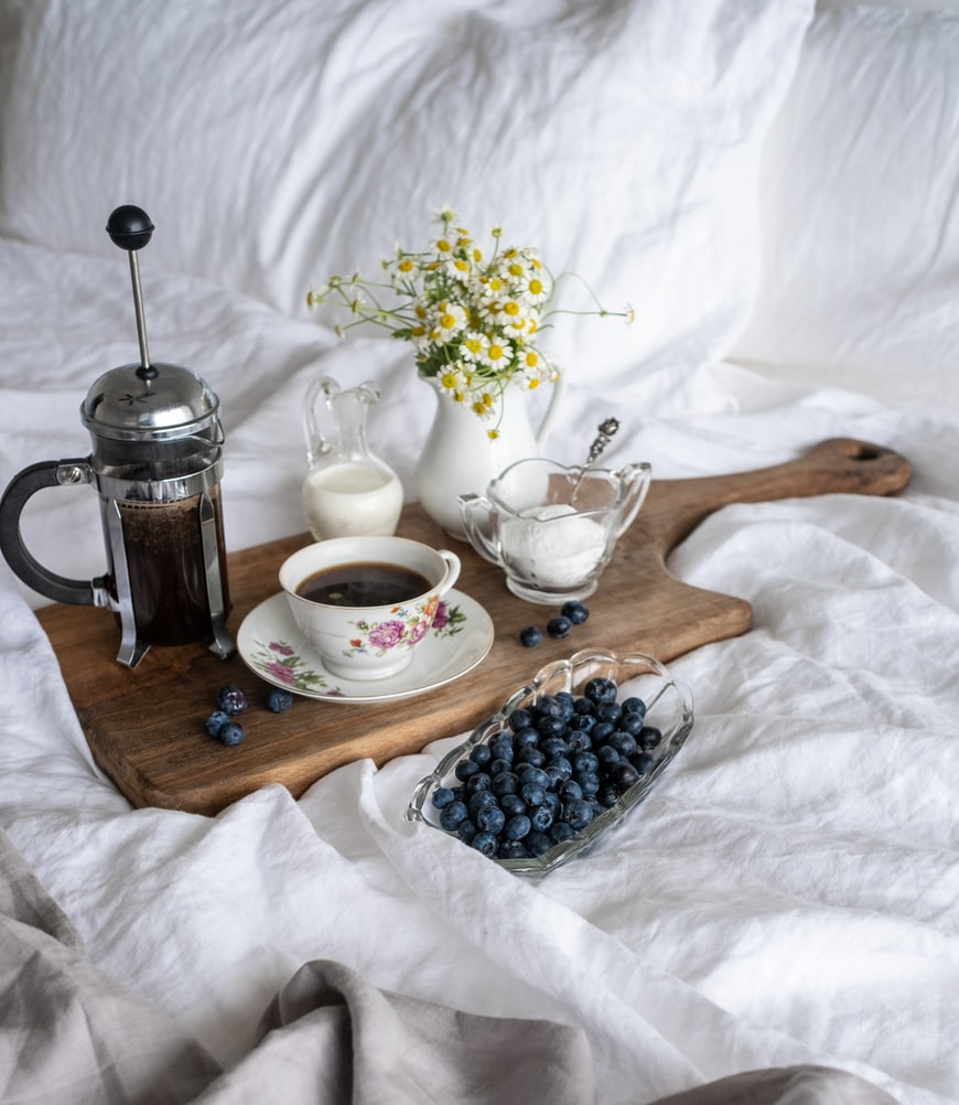 Slow, Saturday mornings with breakfast in bed ☕💐  #eclecticconnoisseur #theeclecticconnoisseur #gourmet #saturdaymorning #food #meal #cook #discounts #onlineshopping #blueberries #fruit #flowers #freshflowers #fresh #coffee #tea #Saturday #breakfast #breakfastinbed #relax #love