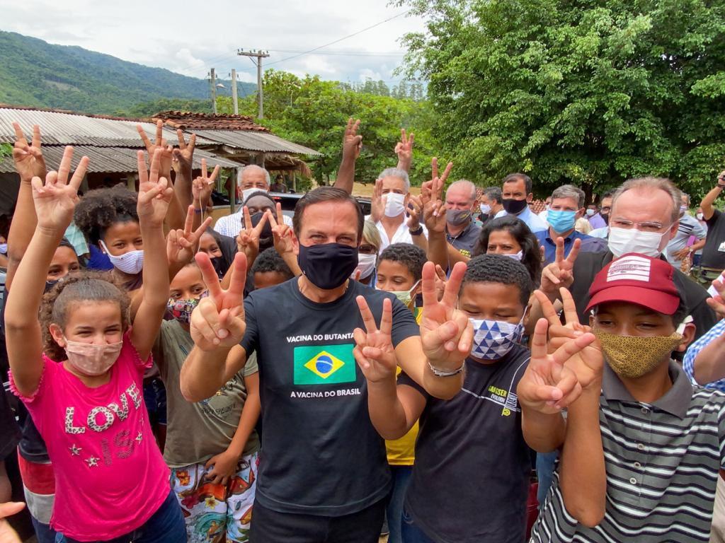 Muita emoção na agenda de hoje no Vale do Ribeira. Em Eldorado, iniciamos a vacinação nas comunidades Quilombolas de SP no Quilombo Ivaporunduva. Vacinamos 300 Quilombolas que vivem em extrema vulnerabilidade. SP é o primeiro estado do Brasil a imunizar comunidades Quilombolas.