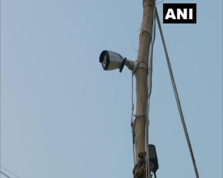 """गाज़ीपुर बॉर्डर(दिल्ली-यूपी) आंदोलन स्थल पर CCTV लगाए गए हैं।  एक प्रदर्शनकारी ने बताया, """"गणतंत्र दिवस पर ट्रैक्टर परेड की जाने वाली है। कुछ घटनाएं भी हुई हैं। उसी के मद्देनज़र गाज़ीपुर का पूरा आंदोलन स्थल CCTV की नज़र में रहेगा, 500 वॉलंटियर भी तैनात किए गए हैं।"""""""