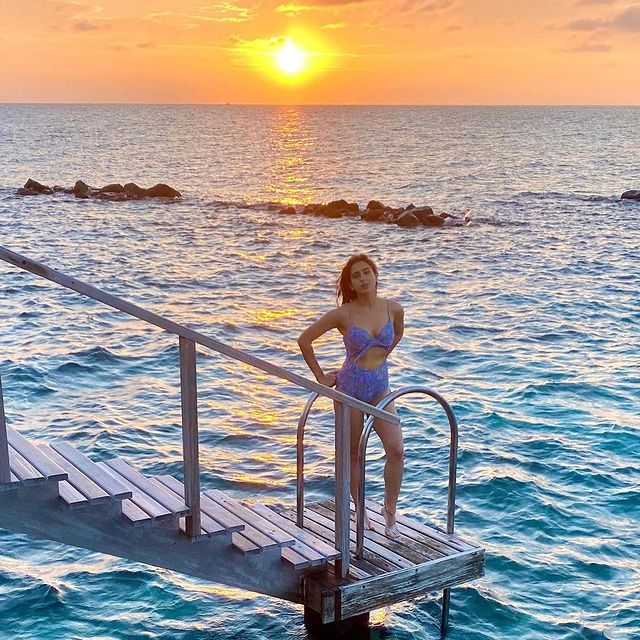 Picture perfect! #SaraAliKhan is enjoying the Maldives sunset on her holiday.