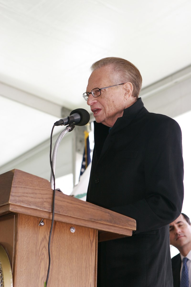 My heart goes out to the family of Larry King. He was a great American who I was honored to spend time with during multiple trips to the Fisher Houses in California. Here he helped us open the @LosAngelesVA Fisher House in 2009. He will be missed.