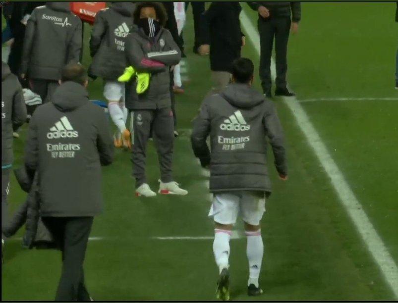 اسينسيو غادر الملعب وهو يعرج قليلا ..