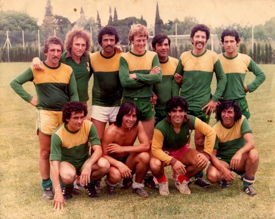 Sí, Diego también formó parte de la historia de Defensa. Maradona jugó en Varela, para los choferes de la línea 148. Fue en 1980. ¿Lo curioso? Al año siguiente, Defensa y Justicia tomó los colores de esa línea.