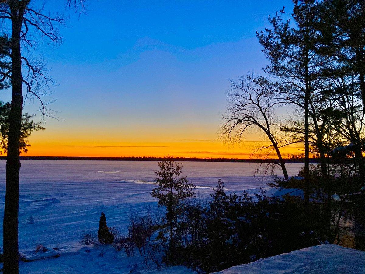 A nice cap to a #cool #sunny #saturday     #winter #winterwonderland #sunset #sunsetphotography #nature #shareyourweather #ottweather #stormfront #ottawariver #aylmerquebec #aylmer #gatineau #hiverquebecois #quebec #canada #outaouais @BlacksWeather