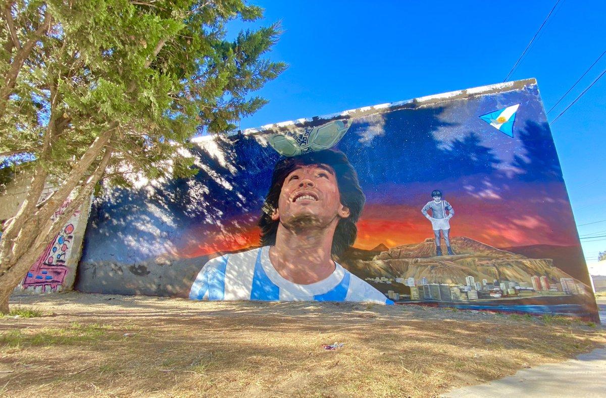 Quedó terminado e inaugurado el mural de Diego Maradona en #Comodoro. Una idea de los chicos del barrio 13 de Diciembre (@Juanilastra22 y amigos) plasmado por @CristianEnglish. felicitaciones  por la iniciativa #D10S