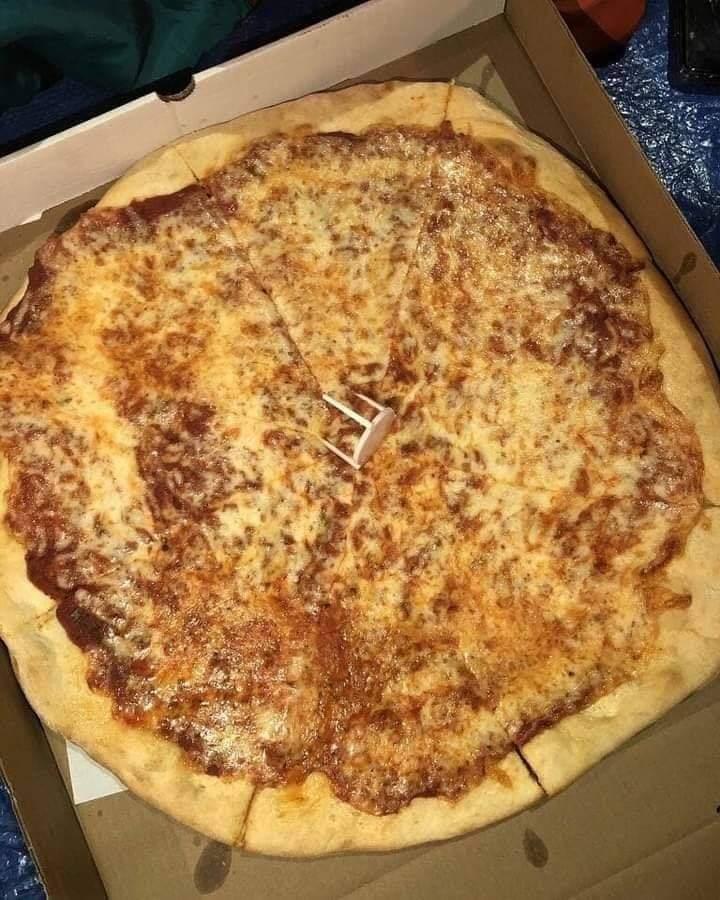 """Recordemos la vez que Bangtan Asistió al programa de SNL ordenaron pizza (de queso) para Army que estába en la fila para poder asistir al show y en las Instrucciones de entrega decia:  """"Hay una fila de personas cruzando la calle acampando para SNL. Por favor denles las pizzas y +"""