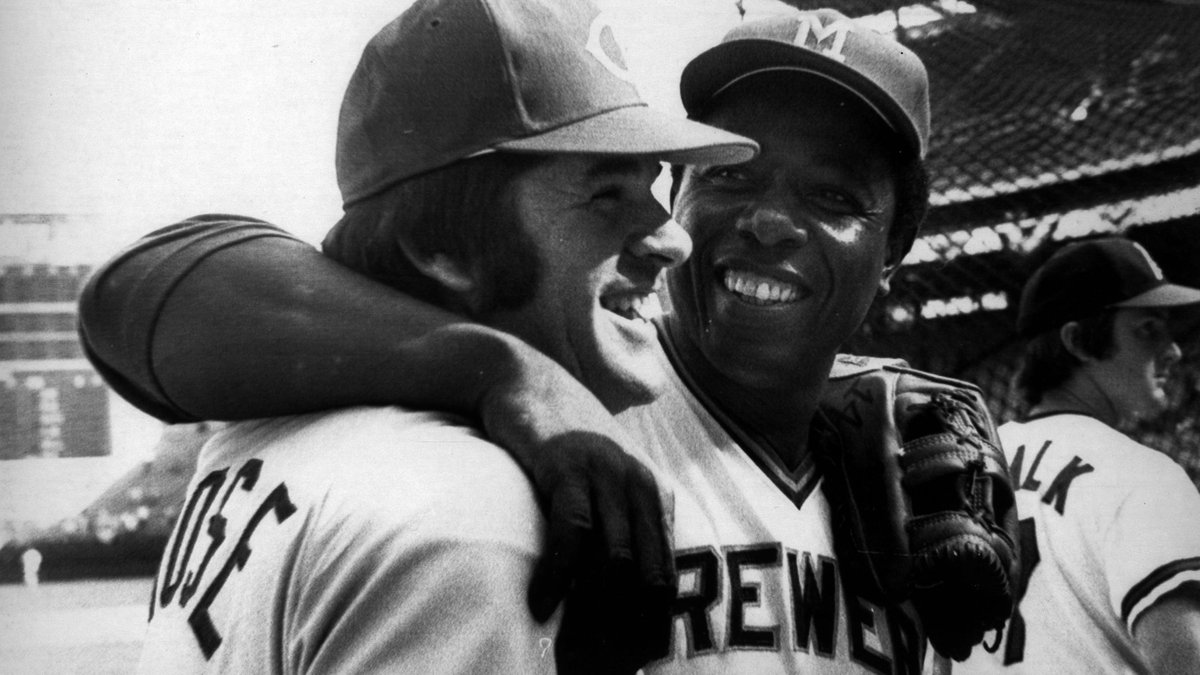 #HankAaronWeekend: The home run king and the hit king joking around before the 1975 #AllStarGame. @Brewers @Reds #RIPHankAaron