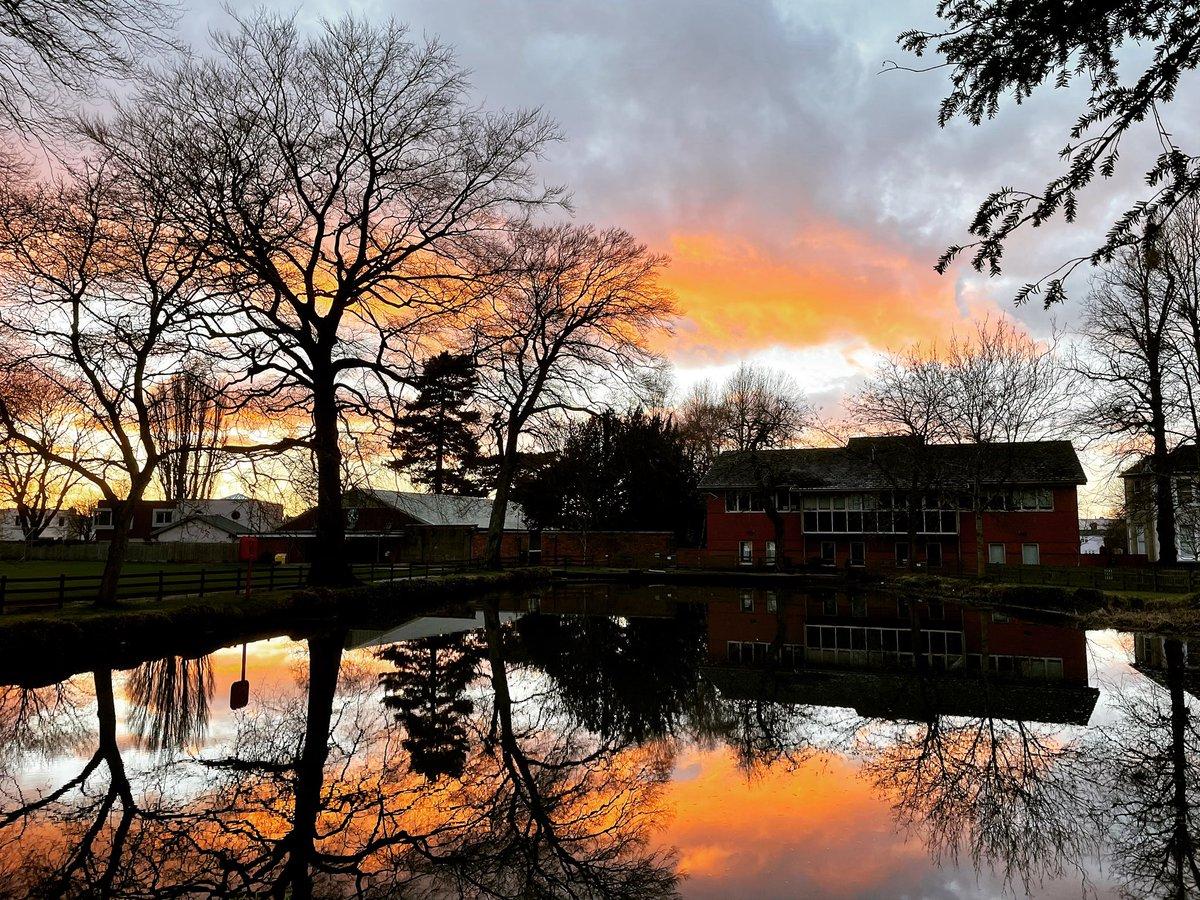 What a stunning evening! #sunset #lake #cheltenham #saturdayvibes #saturdaynight #photography #photooftheday