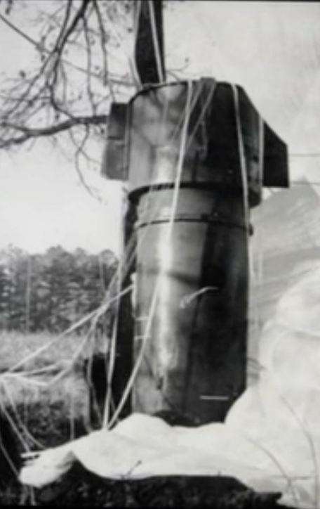 On Jan 24, 1961 – Goldsboro B-52 crash: A bomber carrying two H-bombs breaks up in mid-air over North Carolina. The uranium core of one weapon remains lost. https://t.co/AtQtNEp6It