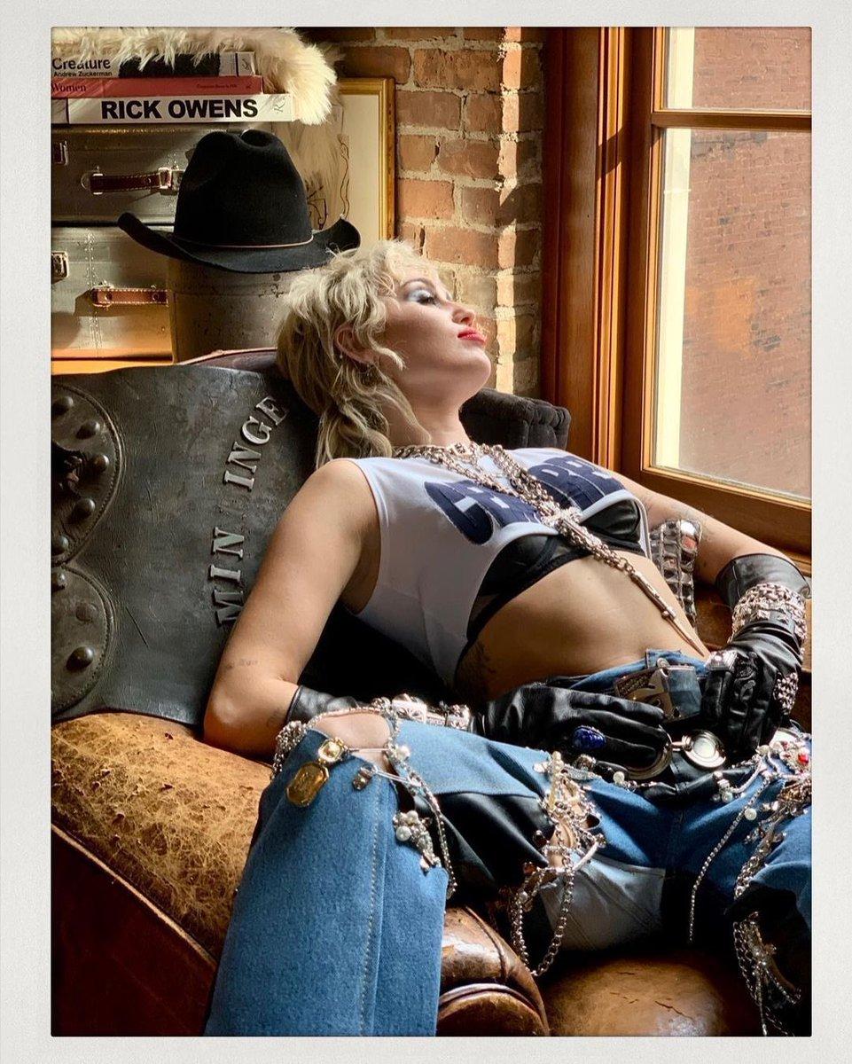 📸   Bastidores do ensaio fotográfico do álbum #PlasticHearts por Mick Rock.