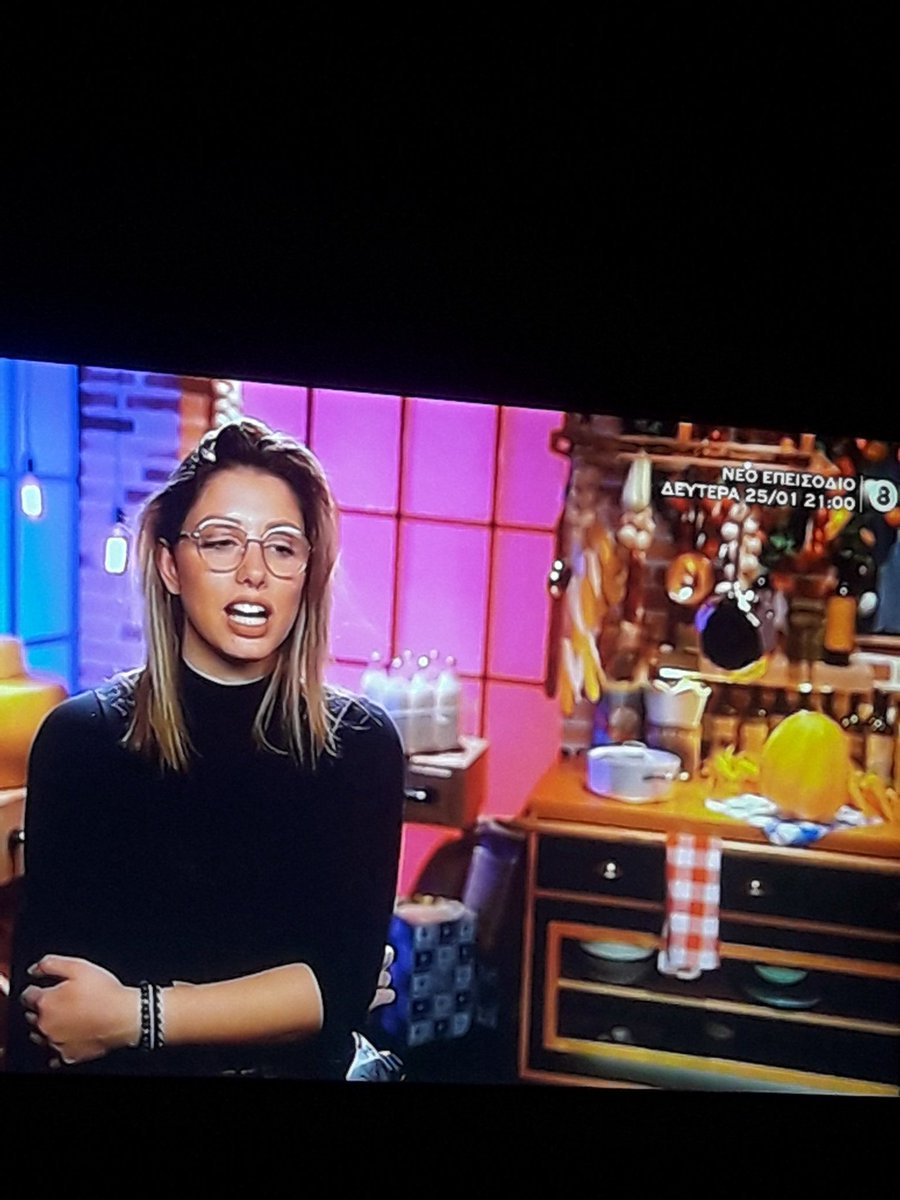 #masterchefgr Η συγκεκριμένη σουρουκλεμε με το σουτιέν που φαίνεται, όταν μαγειρεύε έπιασε 3 φορές τα μαλλιά της με λαδωμενα γάντια!!!!