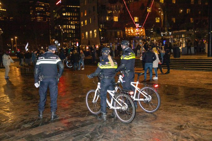 Protest tegen avondklok in Rotterdam https://t.co/0xfC46sSeA https://t.co/6Z5QnyDMPj