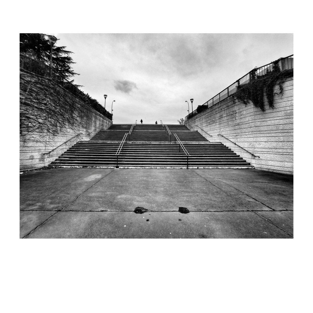 Les marches (Fontenay-sous-bois, Février 2020)  #websta #picoftheday #photooftheday #igers #instalike #photogrid #snapseed #snapseedshot #picsart #photography #photographie #xiaomi #marches #escaliers #fontenaysousbois #stadeletiec #bfxtg