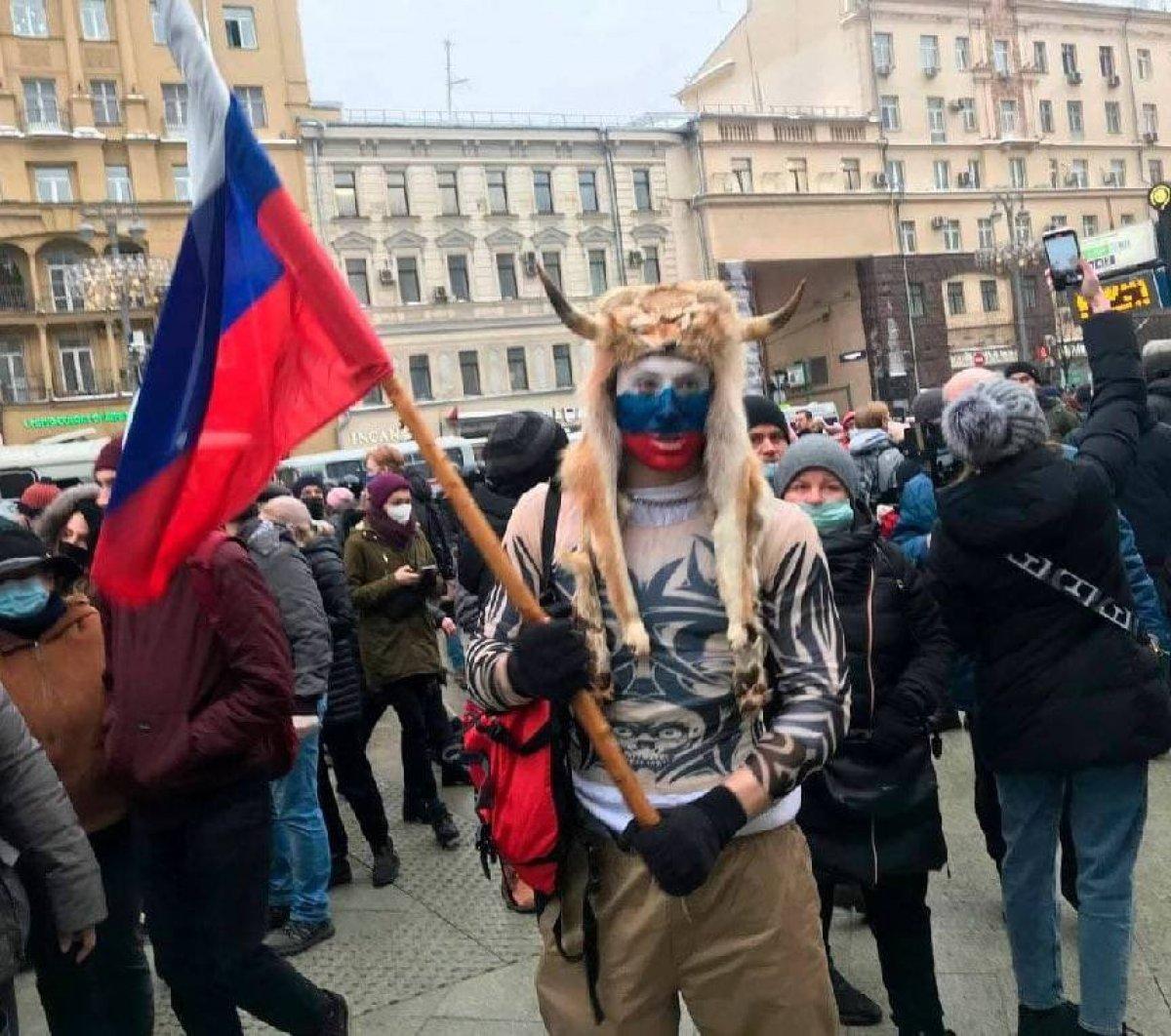 Jake Angeli adlı protestocunun giydiği kostümü giyen bir Navalnıy destekçisi, kameralara yansıdı. https://t.co/2bH1y9cDyh