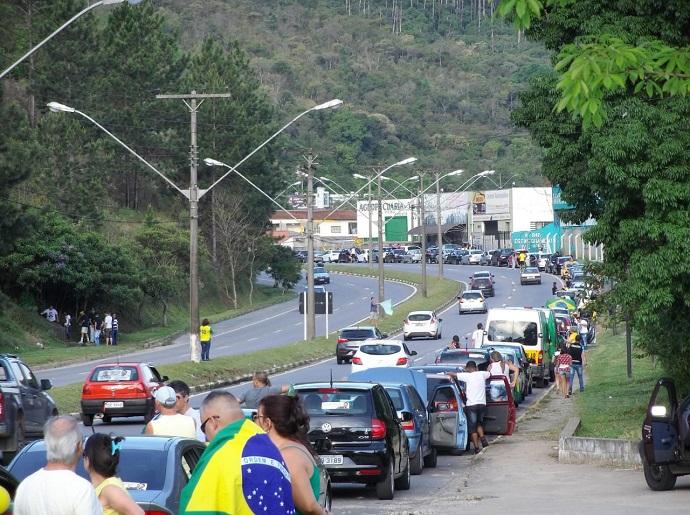 Poços de Caldas, hoje: #forabolsonaro, reúne mais de 500 automóveis em carreata