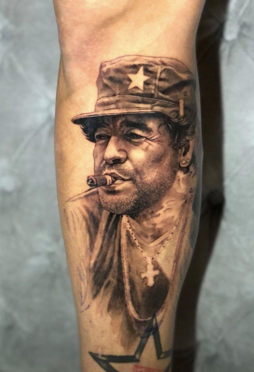 ¡MARCOS ROJO Y SU TRIBUTO A #Maradona!  ¡En medio de los rumores que lo vinculan con el cuadro Xeneize, el defensor gaucho se tomó tiempo para hacerse un tatuaje ni más ni menos que con la cara del Diez y con la casaca azul y oro de #BocaJuniors!  ¿Qué les parece?