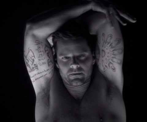 Tattoos... @ricky_martin 😍.  #RickyMartin #PausaPlay #Pausa #FamiliaVioleta #Argentina #FamiliaElite #MiSangre #Quiéreme #Simple #CaeDeUna #Recuerdo #Cántalo #Tiburones #TiburonesRemix