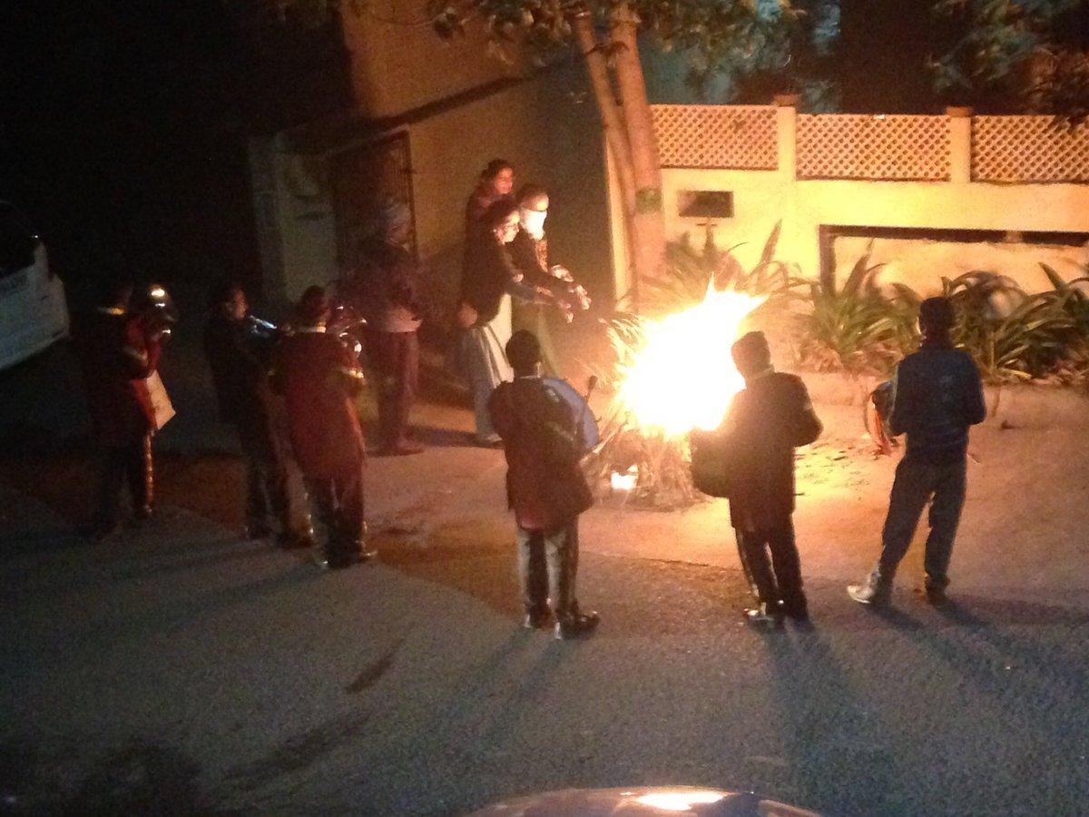 住宅街でもこの火力 #lohri  #見た人もなにか無言でインドあげる https://t.co/FxTJttpEQa