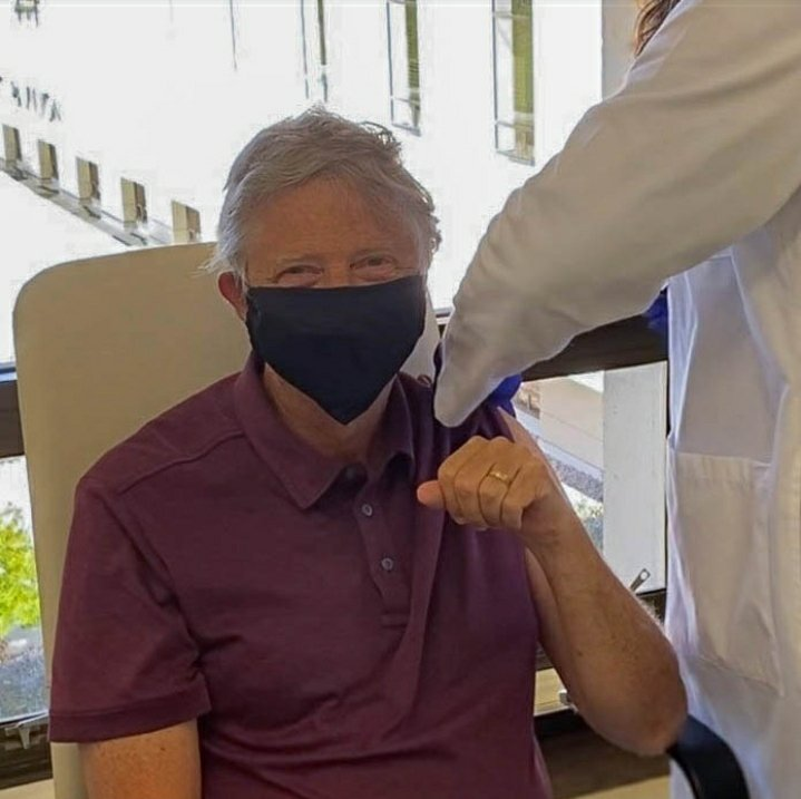 Bill Gates, cofundador de Microsoft, ya recibió la primera dosis de la vacuna contra el #COVID19. El empresario ha destinado millones de dólares a lainvestigación de la enfermedady el desarrollo de unavacuna.  #Entretenimiento