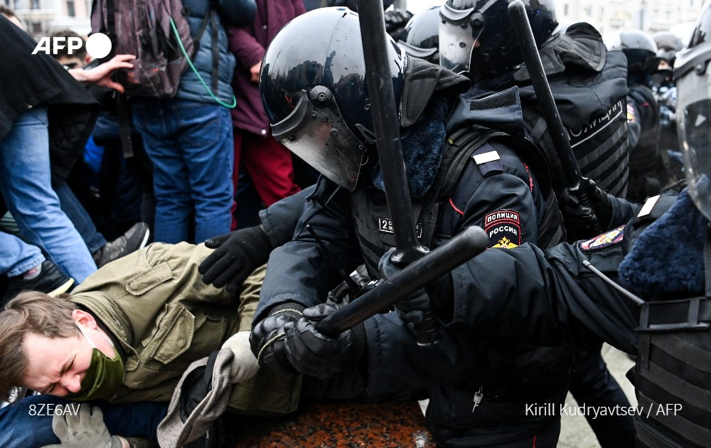 More than 3,300 protesters are arrested at demonstrations in support of jailed Kremlin critic Alexei Navalny, a monitor reports, as prosecutors probe possible violence on the part of law enforcement u.afp.com/UwDS
