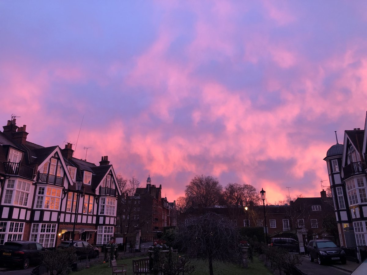 Red sky over over Queen's Elm square in London this morning, before snow kicks in, right where lady Maggie Smith and a great friend of mine too live!  #London #ÇaSePasseMaintenant #PictureOfTheDay #SGI