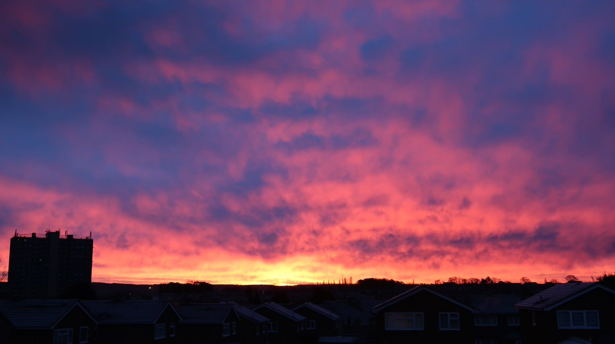 Think this is all we're going to see of the sun today but what a stunner of a sunrise 🤩🌄 #RedSkyInTheMorning  @bbcweather @BBCWthrWatchers @MiltonKeynes_MK #NoFilter @scenesfromMK @mkfuturenow #EnglandsBigPicture 📷