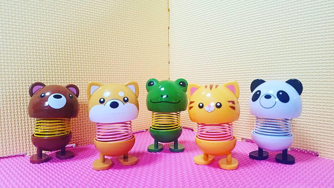 test ツイッターメディア - 最近、気付くと、ついつい買ってるスプリングを使った置物。 画像1は、DAISOの/ゆらゆら動物置物。 画像2は、serialのレトロンと言うクマと、オレンジ色の謎の2体は、よみうりランド のガチャで購入した物。どれも ゆらゆらカワee💗  #DAISO #Seria #よみうりランド #イタ写 https://t.co/KJCq45uUNk