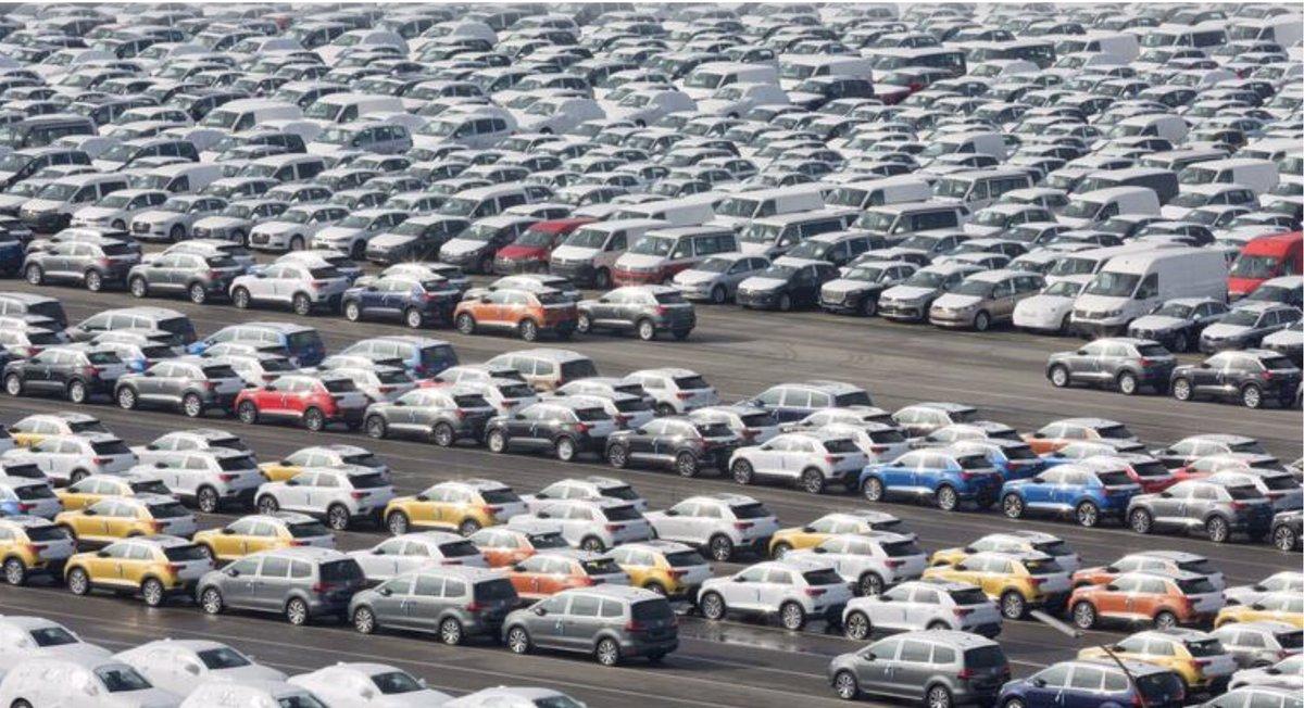 في 2020 صدرت #ألمانيا أكبر عدد من السيارات للصين في التاريخ صدرت #فولكسفاغن و #مرسيدس و #بي_ام_دبليو 5,4مليون سيارة الى الصين في 2020  أي 38,2% من كمية السيارات التي باعتها الشركات الثلاث في العالم   مع أن فولكسفاغن باعت 2020 أقل من 2019 ب 383,600 سيارة  #صنع_في_ألمانيا
