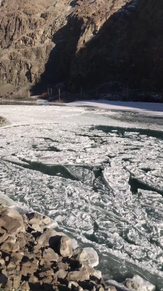 #indus_river frozen at  #kargilroad of #kharmang #skardu #baltiatan #GilgitBaltistan #Asia #Pakistan  #Winterwatch #winter #WinterWatchList #kargil #ladakh @PakPhotoArt #ice #kartakhsha https://t.co/olhYhDSS5Q