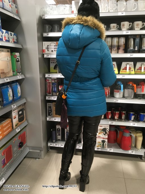 Photo from shopping mall ... leather leggings, down jacket and shiny overknee boots. https://t.co/qW