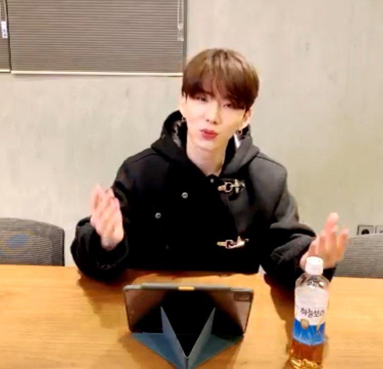 Kihyun explicando algo y mbb sin entender lo que nos dice pero apreciando su ternura @OfficialMonstaX @official__wonho