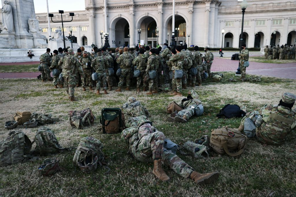 #NationalGuard troops removed from the #CapitolBuilding and sleeping in parking garages caused outrage among lawmakers. The troops have since been moved back to the Capitol halls. ❌ 🛏 🔨