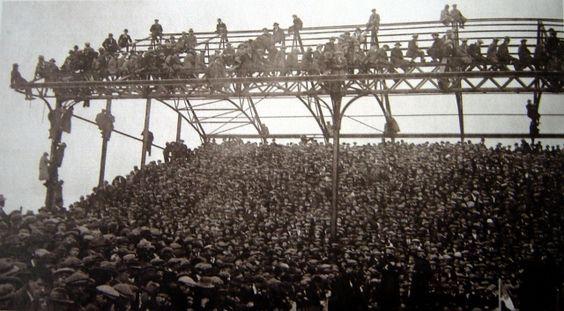 5 marzo 1921 FA Cup, 4° turno  Cardiff City vs Chelsea 1-0  Oltre 45.000 gli spettatori affollano Ninian Park, occupando ogni posto disponibile. Una situazione che oggi non sarebbe nemmeno pensabile, ma che per molto tempo e in molti stadi del Regno Unito era abbastanza frequente https://t.co/mEajyf415M