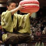 相撲の土俵上にピンクの巨大マカロンが!日仏友好杯の優勝力士に贈られる副賞!
