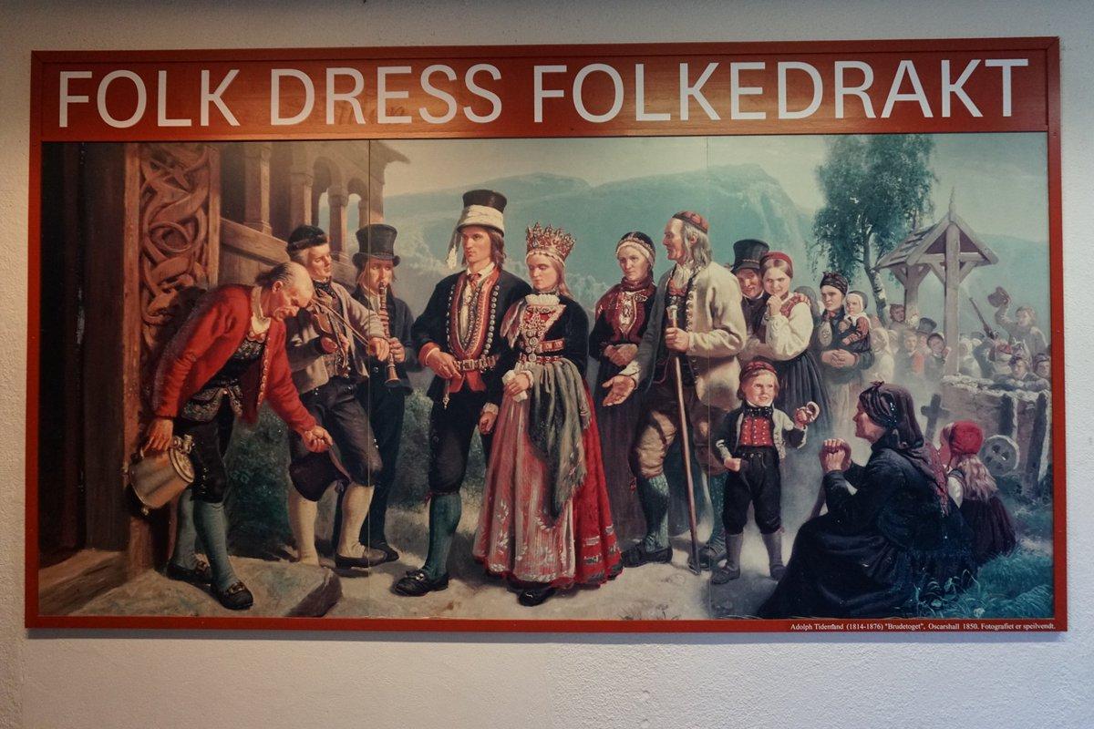 なるほど!そう思うと、日本も民族衣装の伝統を維持できてるのは島国という地理的な要因だろうか。 ノルウェー民俗博物館では民族衣装に関するコーナーがあってとても興味深く眺めてました。頭に被ってる帽子のようなものがとにかく可愛くて…🥰  #Throwback  #uk_wh2018