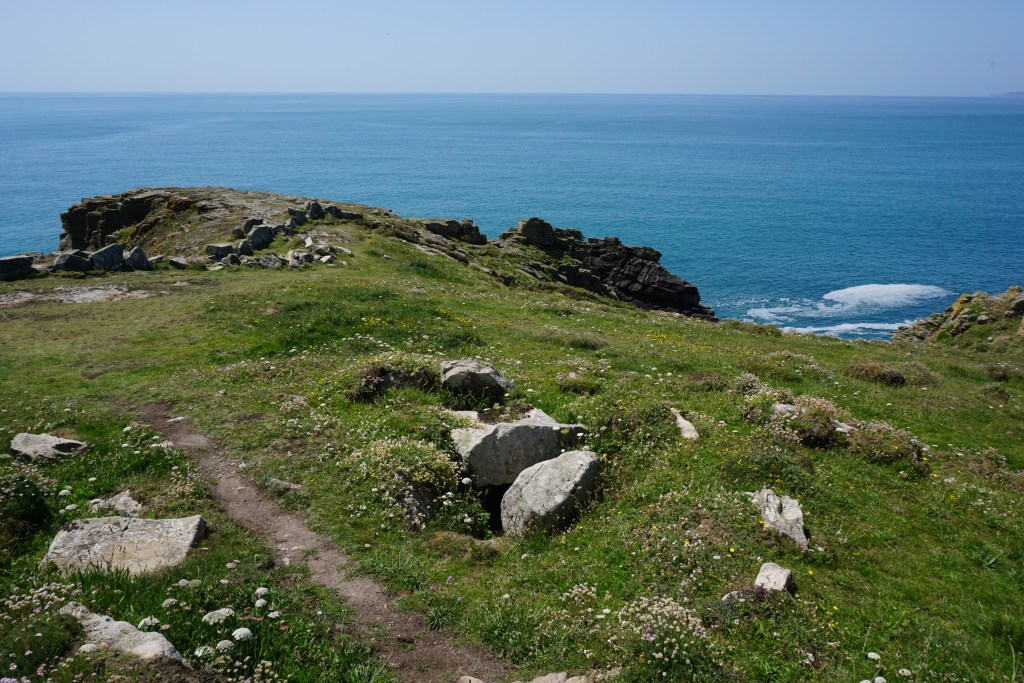 • 🌿NEW BLOG POST🌿  Discover one of #Cornwall's lesser known cairns high on a stunning headland . . . 👇