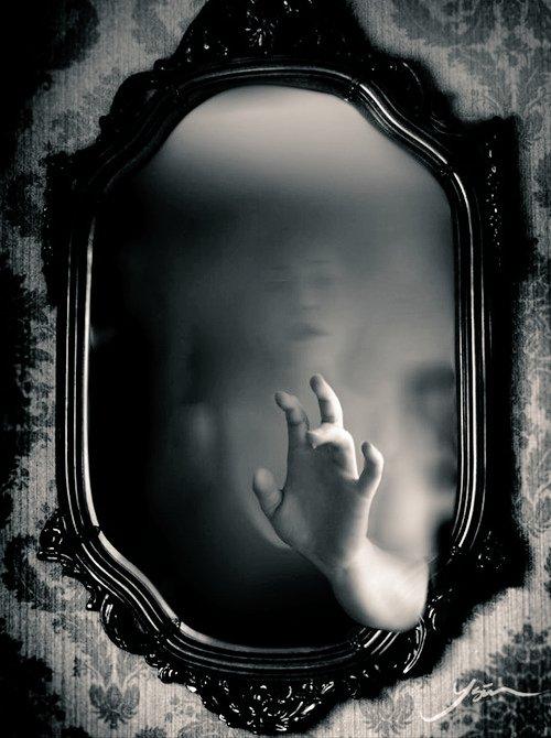 Nello specchio è domenica,   nel sogno si dorme,   la bocca fa profezia.  È tempo che sia tempo.  È tempo.  Paul Celan 🖋 https://t.co/wEyKCs9rtu