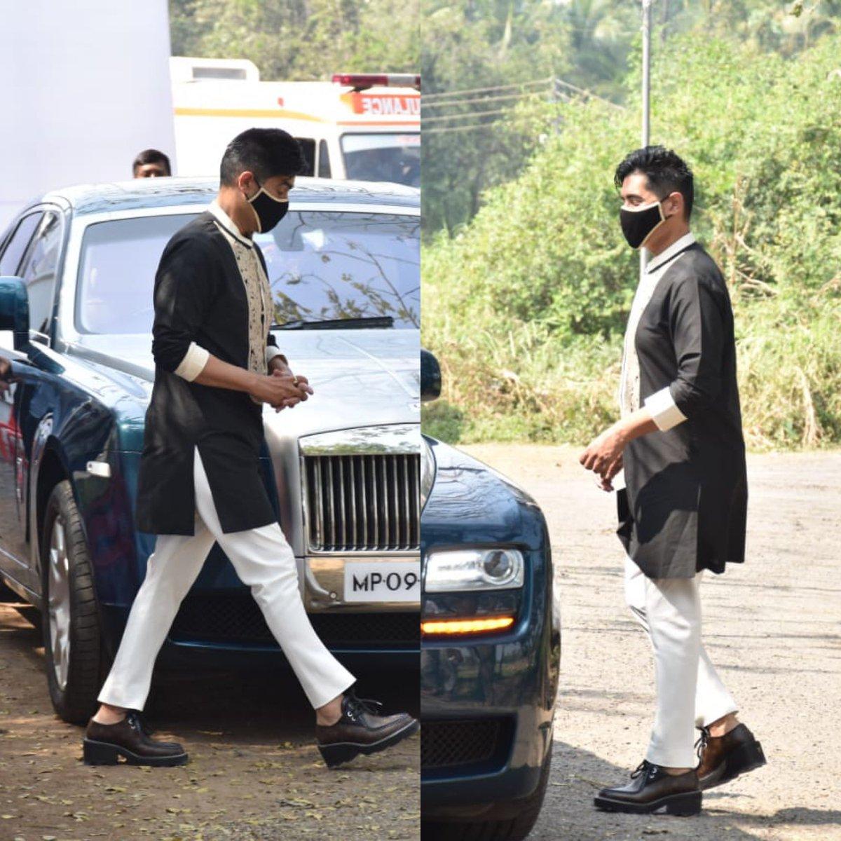 Manish Malhotra #snapped at @Varun_dvn 's wedding venue at Alibaugh 😍😍😍 #bollywood #bollywoodactor #bollywoodceleb #bollywoodnews #manishmalhotra #varundhawan #handsome #wedding #celebration