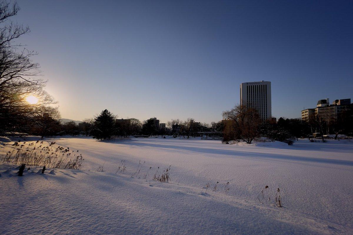 今日は快晴で雪に覆われた湖面上に透き通った空が広がっていた。#shotoniphone12promax