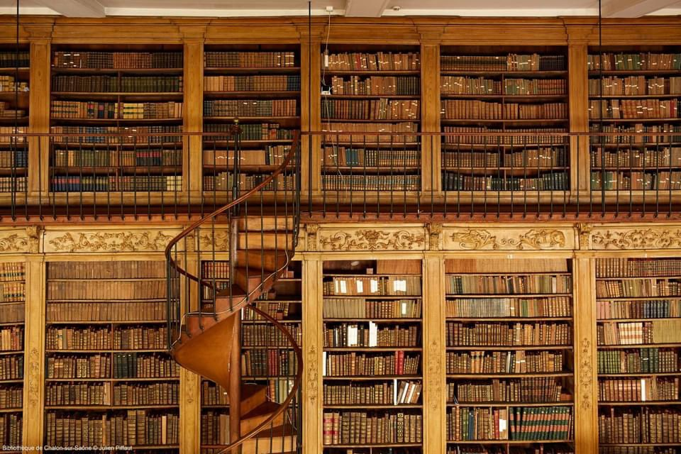 昨日の #読書の夕べ 🌝📚はお楽しみいただけたでしょうか?最後にご紹介するのは、シャロン=シュル=ソーヌ図書館。フランスで最も美しい図書館の1つです📖✨図書館の目玉である素晴らしい天球儀と地球儀は、1850年以前に修道士によって製作されたそうです🌍   📷:https://t.co/lk2jngtMhC https://t.co/Gbsqa2FhLg